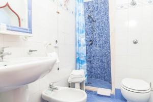 bagno camera con balcone